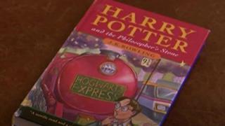برطانیہ میں پوری دنیا سے آئے لوگ ہیری پوٹر کی نایاب کتاب کی نیلامی میں حصہ لے رہے تھے لیکن پہلے ایڈیشن کی اس کاپی میں ایسا کیا خاص تھا کہ یہ 34500 ڈالر میں فروخت ہوئی۔