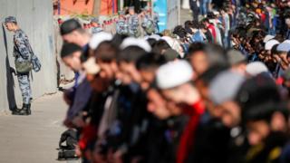 Rusya'da Ulusal Muhafızlar bayram namazında Müslümanların yanında nöbet tutarken