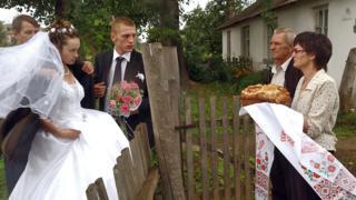 Родители жениха встречают невестку. Челябинская облась