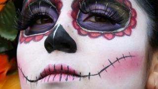 Una mujer celebra el Día de Muertos en Ciudad de México