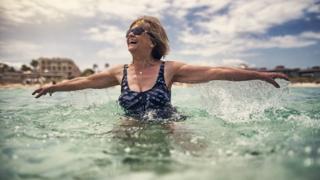 Mulher mais velha no mar