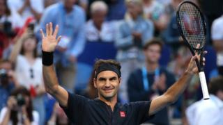 Roger Federer, tenista suizo, levantando los brazos tras una victoria