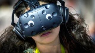 Девушка в виртуальном мире