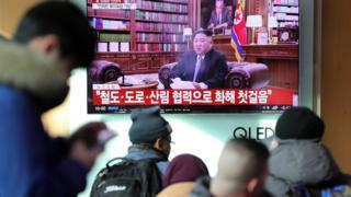 서울역에서 시민들이 북한 김정은 국무위원장의 신년사 관련 뉴스를 시청하고 있다