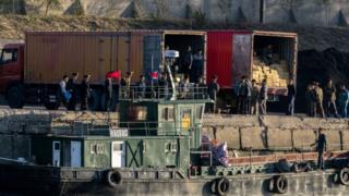 신의주에서 선박에서 트럭으로 화물을 옳겨 담는 북한 노동자들