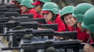 военные и гражданские с автоматами
