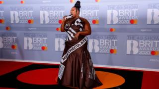Lizzo-eats-chocolate-bag-on-red-carpet
