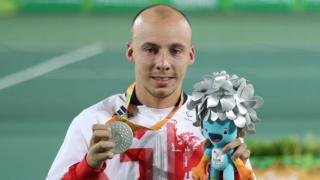 Andy Lapthorne holding his silver medal