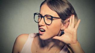 Mujer con dificultad para escuchar.