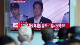 Citizens watch coverage of the sentencing hearing for Samsung Electronics Vice Chairman Lee Jae-yong at a station in Seoul, South Korea, 25 August 2017