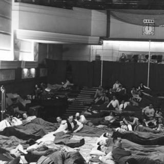 Funcionarios de la BBC acostados en la sala de conciertos de Broadcasting House
