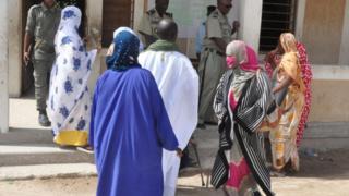 Des électeurs mauritaniens devant un bureau de vote
