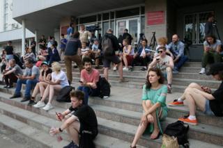 Люди у здания суда