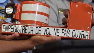 Les deux boîtes noires d'Ethiopian Airlines retrouvées