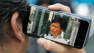 多家香港和外国媒体都在网络上即时报道示威的发展。