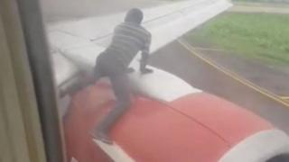 Les passagers étaient dans la panique en voyant un homme se précipiter sur l'une des ailes de leur avion.