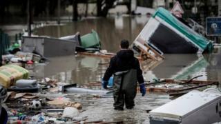 Житель одного из районов на юге Парижа пытается расчистить улицу. 25 января 2018.