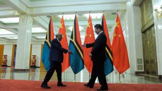 Chủ tịch Trung Quốc Tập Cận Bình gặp gỡ cựu thủ tướng Vanuatu Sato Killman hồi 2015 ở Bắc Kinh