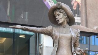statue of Emnmeline Pankhurst