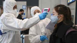 신종 코로나바이러스감염증(코로나19) 확산세가 급증하고 있는 25일 오후 중국인 유학생들이 인천국제공항 입국장을 통해 입국해 대학 관계자로부터 체온 검사를 받고 있다.