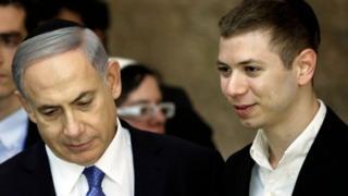 Yair (kanan) dan ayahnya PM Israel Benjamin Netanyahu.