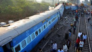 รถไฟด่วนประสบอุบัติเหตุตกราง
