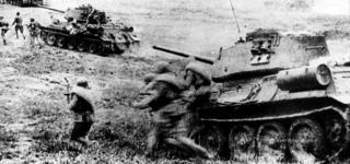 Soldados soviéticos adentrándose en la batalla de Kursk con tanques T.34