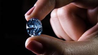 Diamante sostenido por dos dedos