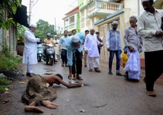 Kemiskinan masih sangat menggejala di India, dan Idul Qurban dianggap salah satu hari paling tepat untuk bersolidaritas terhadap kaum miskin. Dalam gambar, umat Islam di Tripura, India, dalam perjalanan ke masjid.