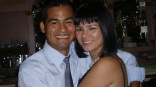 Víctor Paredes junto a su hermana
