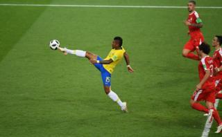 Lance do gol de Paulinho na partida contra a Sérvia