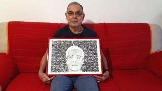 Walter Mario Castiglia, irmão do guerrilheiro italiano Libero, segura quadro em memória do irmão morto na guerrilha do Araguaia