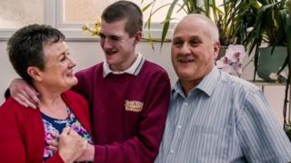 Liam Derbyshire con sus padres