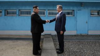 문 대통령과 김 위원장은 이날 군사분계선을 함께 넘었다