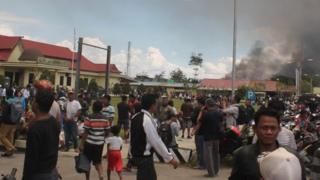 Warga mengungsi di Mapolres Jayawijaya setelah unjuk rasa Senin (23/09).