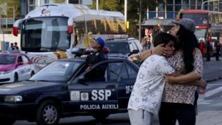 Una mujer y un niño reaccionan a un temblor en Ciudad de México