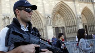 Notre Dame Katedrali'nin etrafında güvenlik arttırıldı.