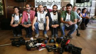 Gazetecilerden oturma eylemi