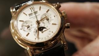La montre 'Pink Ref. 3971E' de Patek Philippe, estimé entre 80 000 et 120 000 dollars à l'avant-première des montres-bracelets à l'Antiquorum Auctioneers de New York, le 04 décembre 2006.
