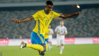 Mshambuliaji wa Borussia Dortmund 19 na Sweden Alexander Isak