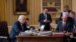 Дональд Трамп говорить по телефону