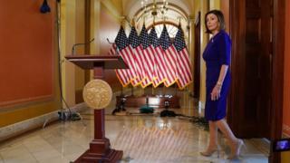 (캡션) 민주당 소속의 낸시 펠로시 하원의장이 기자회견장에 들어오고 있다