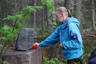 Марина Титова у братской могилы