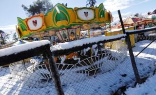 Carrusel con nieve encima