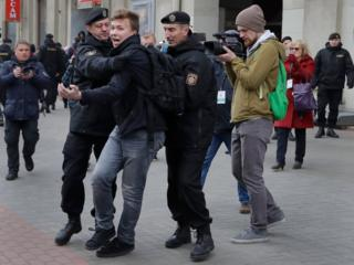 Милиция задерживает журналиста Романа Протасевича. Воскресенье, 26 марта