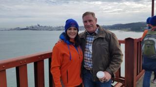 Mia Munayer e Kevin Briggs posam na ponte Golden Gate
