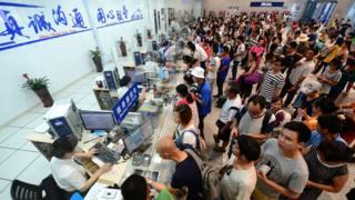 旅客在廣西柳州火車站辦理退票手續(新華社圖片23/8/2017)