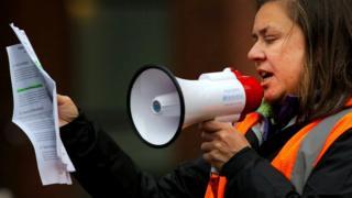 Сотрудница Google выступает на акции в защиту прав женщин, работающих в компании, 1 ноября 2018 г.