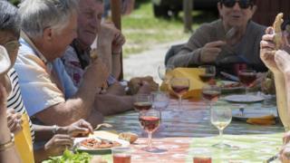 歐西坦語在法國南部、意大利西北部和西班牙北部的部分地區仍在使用。