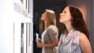 Девушки разглядывают экспонаты
